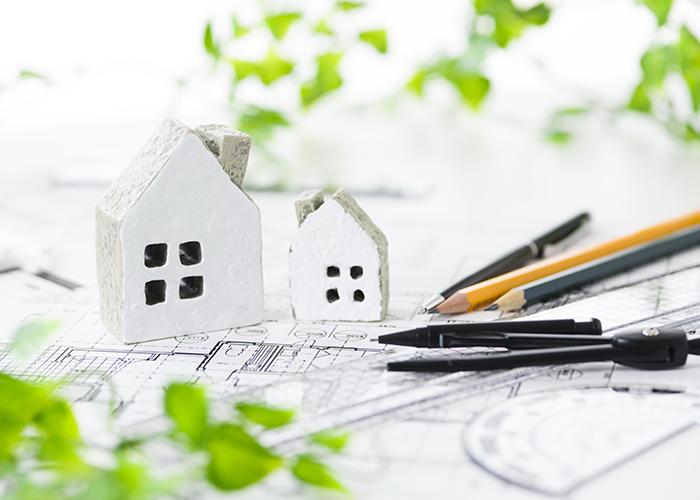 家の模型と鉛筆